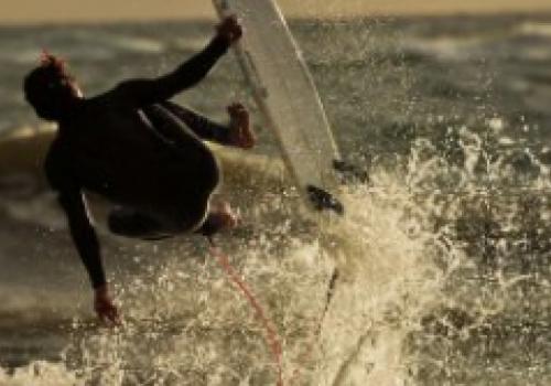 Desafiar as ondas da costa de Maldonado
