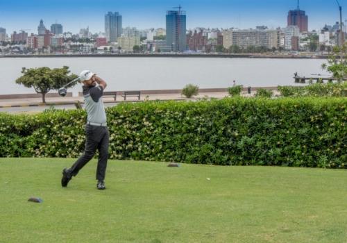 Jogar golfe imerso em um dos melhores visuais de Montevidéu