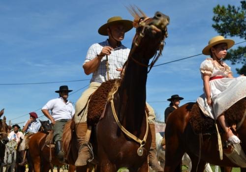 Vivir las tradiciones del campo en la Patria Gaucha y los paseos de compra en Rivera