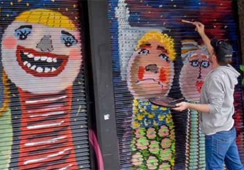 Contemplar el arte urbano sobre 18 de julio