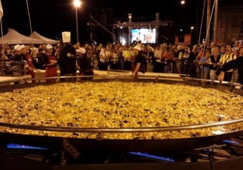 Experimente a maior paella na América Latina